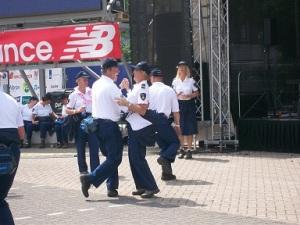 dansende politieagenten