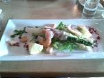 Groene en witte asperges met ham en garrnalen